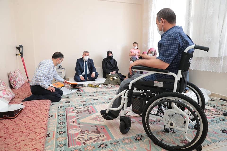 Bir bir veya daha fazla kişi, ayakta duran insanlar, oturan insanlar ve iç mekan görseli olabilir