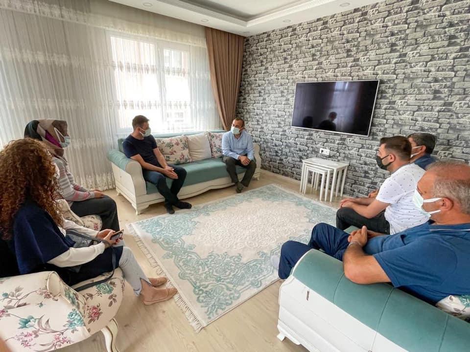 Bir 2 kişi, oturan insanlar, ayakta duran insanlar, kanepe ve iç mekan görseli olabilir