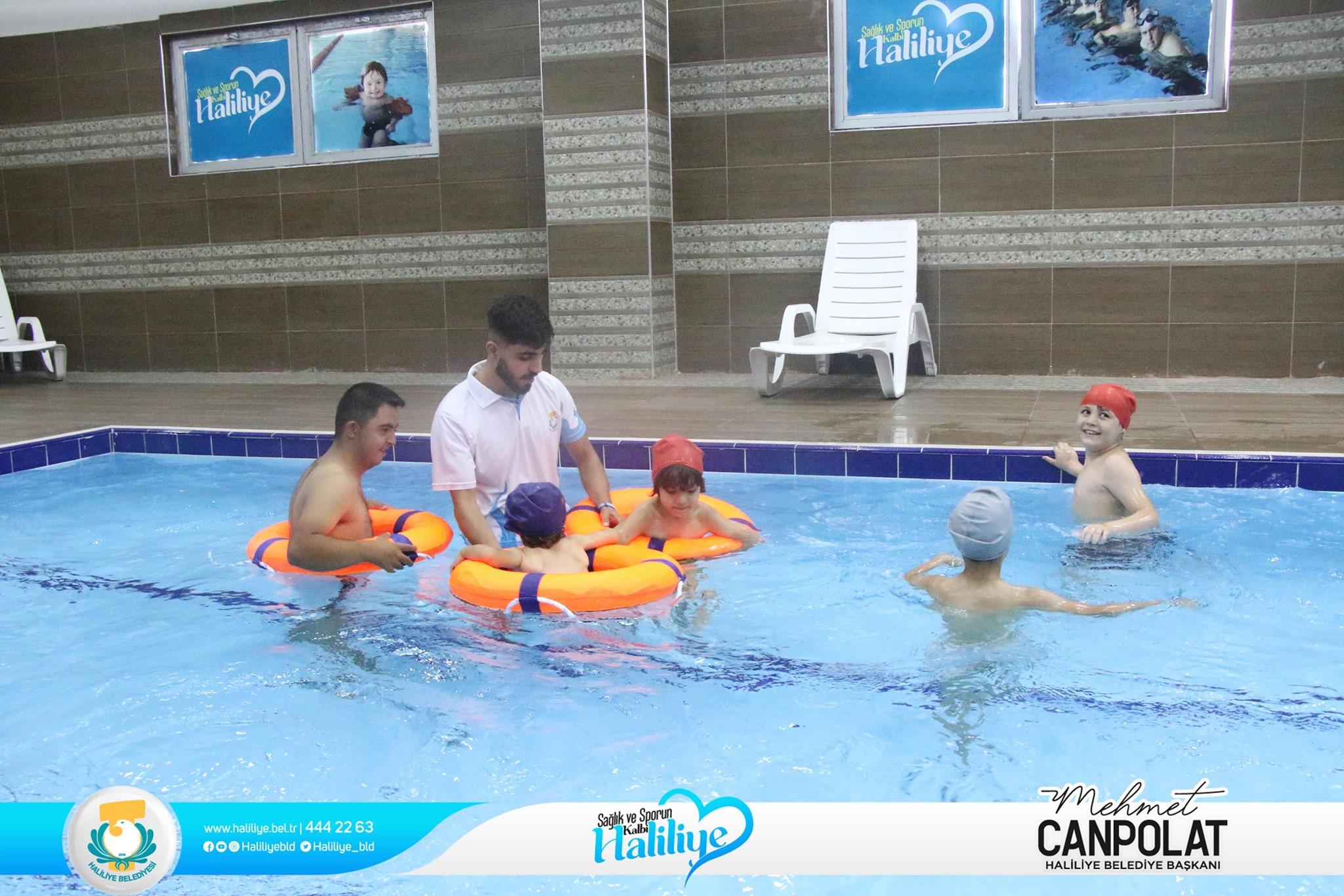 Bir 3 kişi, çocuk, ayakta duran insanlar ve havuz görseli olabilir