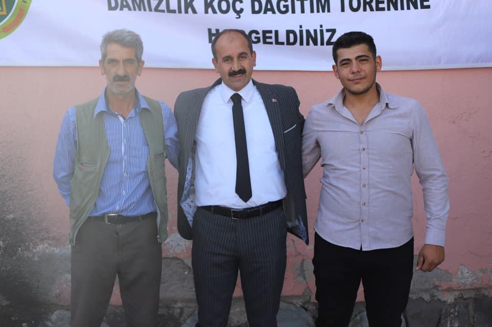 Bir Mehmetnuri Samancı dahil 3 kişi ve ayakta duran insanlar görseli olabilir
